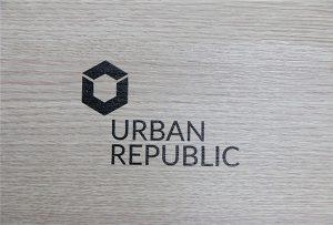 طباعة الشعار على المواد الخشبية بواسطة WER-D4880UV